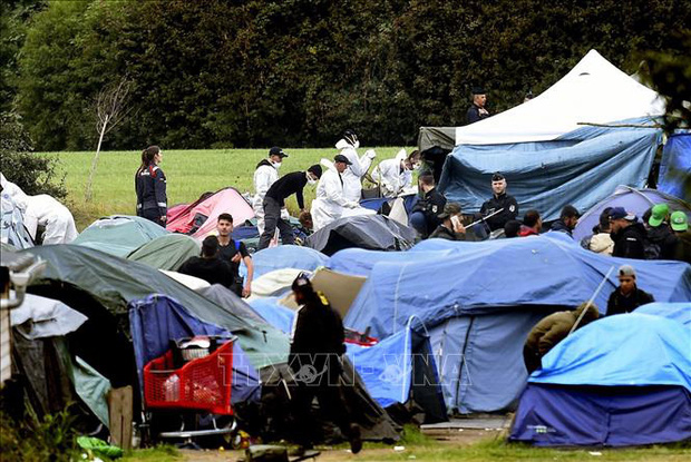 Cảnh sát Pháp dẹp khu trại của người di cư tại Paris  - Ảnh 1.