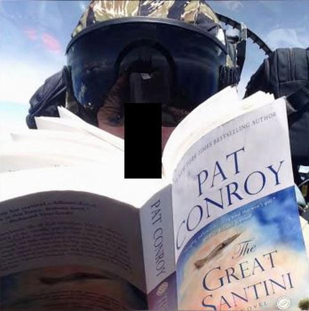 Nghi ngờ phi công Mỹ đọc sách, chụp ảnh tự sướng khi gây tai nạn máy bay ở Nhật - Ảnh 1.