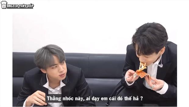 Ai cũng có một đứa bạn như Jungkook: Ăn pizza bỏ vỏ, đến anh cả Jin cũng phải lắc đầu bó tay - Ảnh 1.