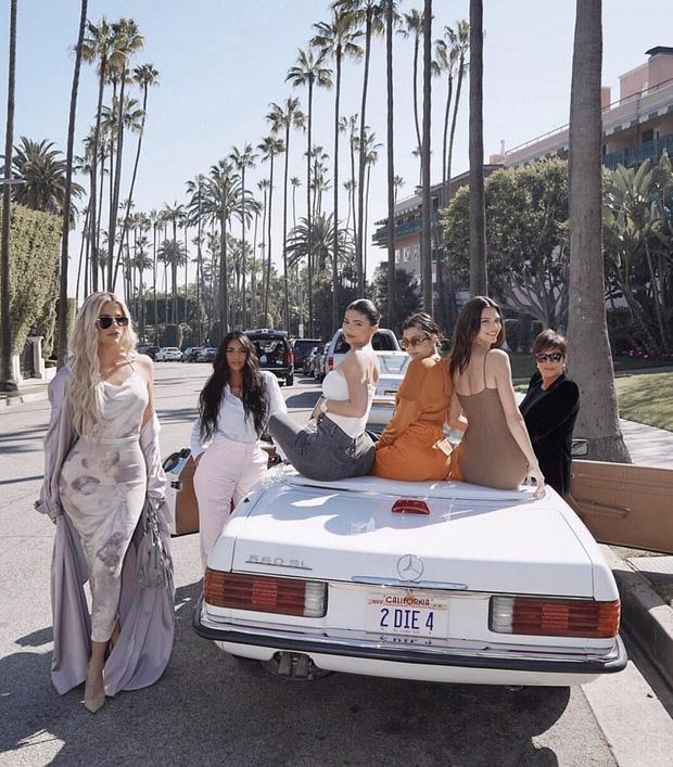 Hiếm lắm cả gia đình Kardashian đọ sắc một khung hình, ai ngờ người chiếm spotlight lại không phải Kim hay Kylie - Ảnh 1.