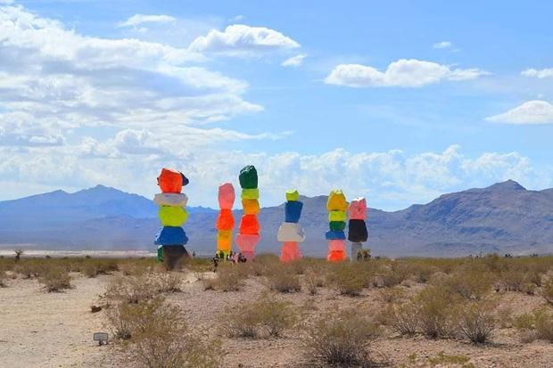 Độc nhất thế giới công viên đá 7 màu xếp chồng lên nhau đầy ngoạn mục, dân mạng đua nhau tới check-in trước khi đóng cửa - Ảnh 8.