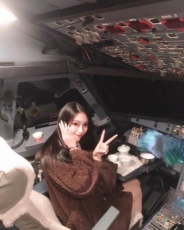 Hot girl xinh đẹp khiến phi công bị cấm bay vĩnh viễn vì cho vào buồng lái gây sốc khi lộ ảnh quá khứ như hai người khác nhau - Ảnh 1.