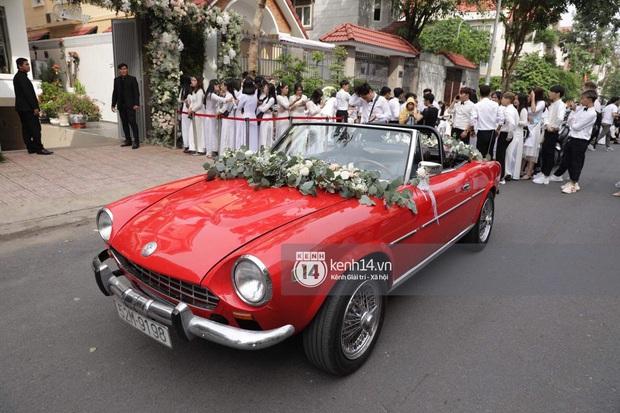 Chiếc xe rước dâu đỏ chói của Đông Nhi - Ông Cao Thắng: Theo dấu cặp đôi từ mô hình sân khấu, vào MV đến đám cưới đời thật - Ảnh 6.