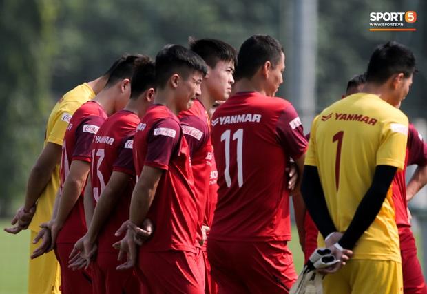 Quên làm đẹp, đội trưởng tuyển Việt Nam dành cả phần chạy khởi động để thoa kem chống nắng - Ảnh 1.