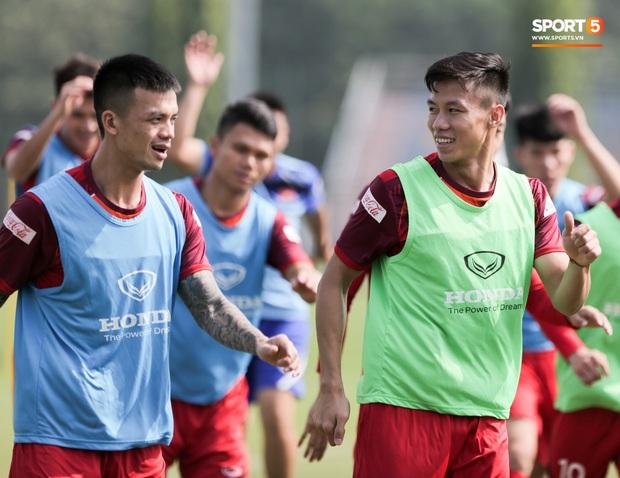 Quên làm đẹp, đội trưởng tuyển Việt Nam dành cả phần chạy khởi động để thoa kem chống nắng - Ảnh 6.