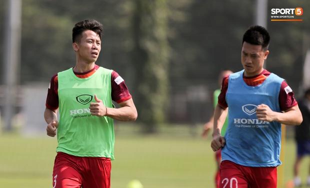 Quên làm đẹp, đội trưởng tuyển Việt Nam dành cả phần chạy khởi động để thoa kem chống nắng - Ảnh 7.