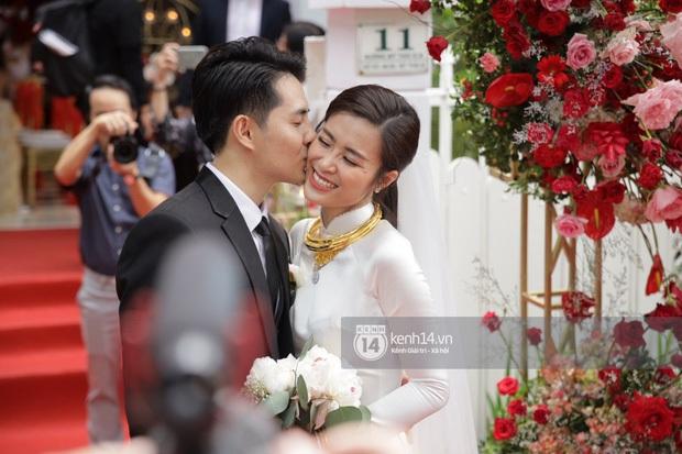 Đông Nhi và Ông Cao Thắng tình tứ, không rời nửa bước tại sân bay ra Phú Quốc chuẩn bị cho hôn lễ siêu to khổng lồ - Ảnh 12.