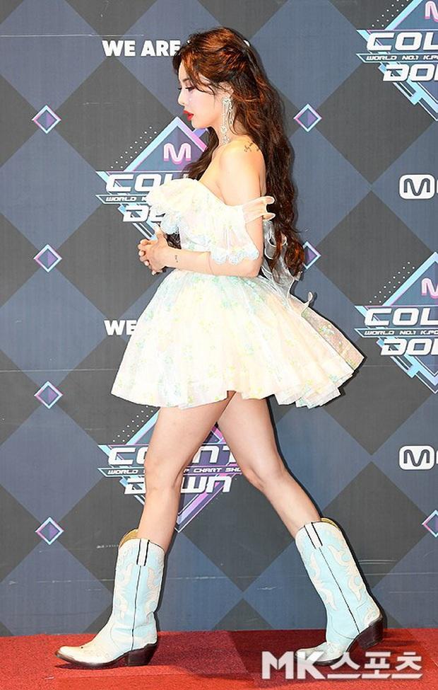 HyunA suýt hớ hênh vì váy cũn cỡn, GOT7 cực soái đọ visual với em trai BTS và EDawn trên thảm đỏ - Ảnh 4.