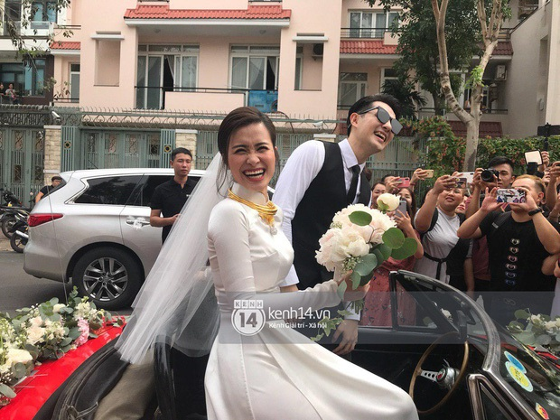 Chiếc xe rước dâu đỏ chói của Đông Nhi - Ông Cao Thắng: Theo dấu cặp đôi từ mô hình sân khấu, vào MV đến đám cưới đời thật - Ảnh 10.