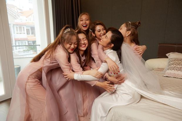 Ảnh nét căng bên trong lễ rước dâu của Đông Nhi: Nữ chính đẹp xuất thần, không ngừng chăm sóc hôn phu như ngày mới yêu! - Ảnh 7.