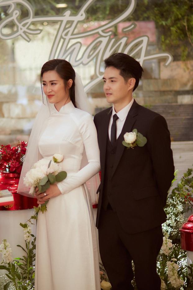Ảnh nét căng bên trong lễ rước dâu của Đông Nhi: Nữ chính đẹp xuất thần, không ngừng chăm sóc hôn phu như ngày mới yêu! - Ảnh 13.