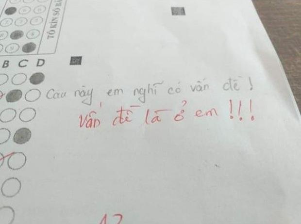 """Thấy bài kiểm tra có vấn đề, nam sinh bật lại ai ngờ bị thầy giáo phản dame, đành ngậm ngùi ôm mặt: """"Còn non và xanh với thầy cô lắm"""" - Ảnh 1."""