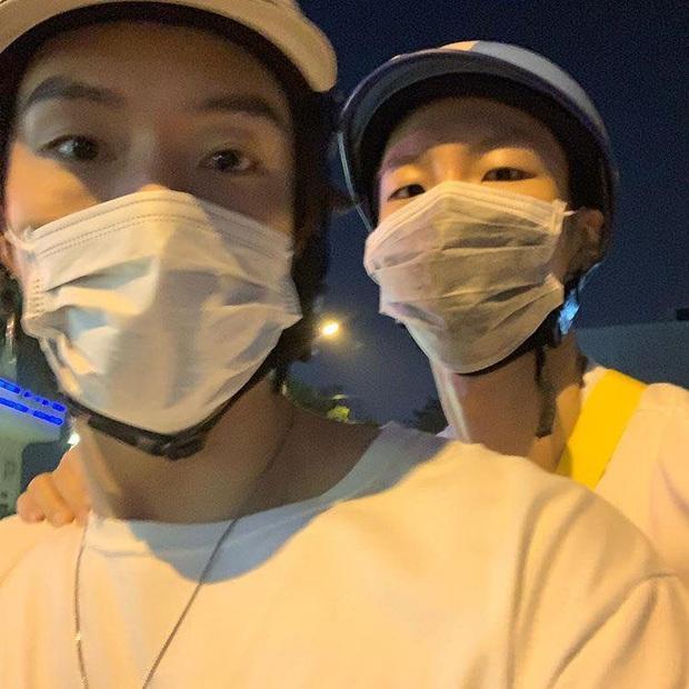 Nam idol nhóm WINNER bất ngờ có mặt ở Đà Nẵng, lại còn đeo khẩu trang đi xe máy vi vu cùng cậu bạn thân mới ngầu chứ! - Ảnh 1.