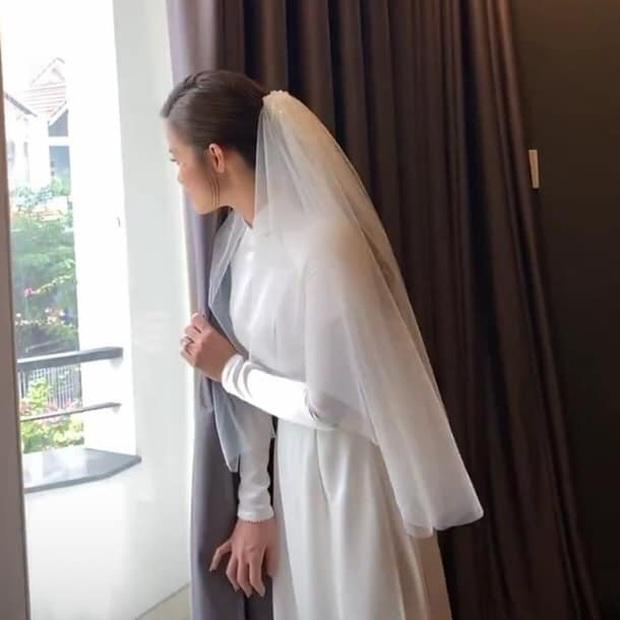 Cưng xỉu trước khoảnh khắc ngóng chồng của Đông Nhi: Đứng bên hiên cửa, đưa mắt ngấp nghến chờ đợi hoàng tử Ông Cao Thắng! - Ảnh 1.