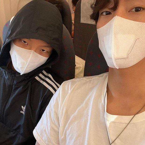 Nam idol nhóm WINNER bất ngờ có mặt ở Đà Nẵng, lại còn đeo khẩu trang đi xe máy vi vu cùng cậu bạn thân mới ngầu chứ! - Ảnh 2.