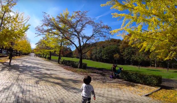 """Cuối cùng Quỳnh Trần JP đã """"chịu"""" dừng ăn uống 1 ngày để quay vlog ngoài trời, nhưng màn """"đu đưa"""" của bé Sa mới chiếm trọn spotlight - Ảnh 4."""