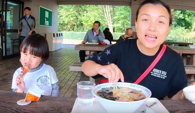 """Cuối cùng Quỳnh Trần JP đã """"chịu"""" dừng ăn uống 1 ngày để quay vlog ngoài trời, nhưng màn """"đu đưa"""" của bé Sa mới chiếm trọn spotlight - Ảnh 12."""