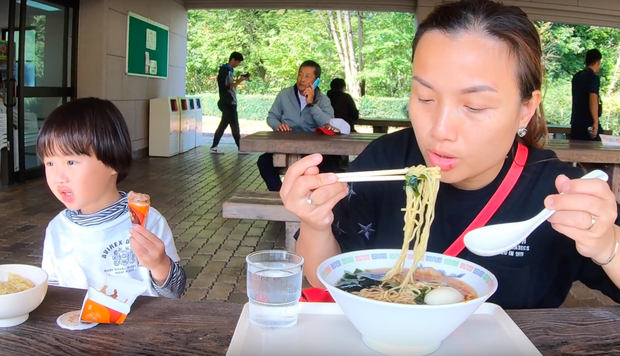 """Cuối cùng Quỳnh Trần JP đã """"chịu"""" dừng ăn uống 1 ngày để quay vlog ngoài trời, nhưng màn """"đu đưa"""" của bé Sa mới chiếm trọn spotlight - Ảnh 13."""