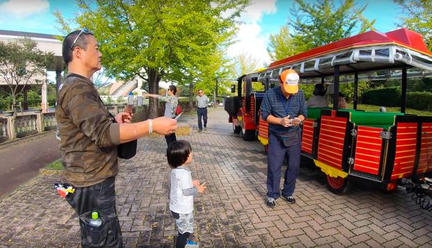 """Cuối cùng Quỳnh Trần JP đã """"chịu"""" dừng ăn uống 1 ngày để quay vlog ngoài trời, nhưng màn """"đu đưa"""" của bé Sa mới chiếm trọn spotlight - Ảnh 17."""