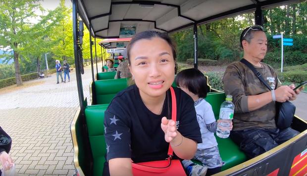 """Cuối cùng Quỳnh Trần JP đã """"chịu"""" dừng ăn uống 1 ngày để quay vlog ngoài trời, nhưng màn """"đu đưa"""" của bé Sa mới chiếm trọn spotlight - Ảnh 18."""