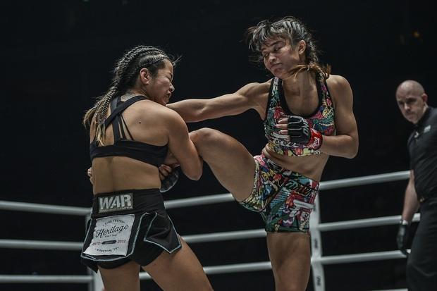 Phải gặp nhà vô địch tuyệt đối người Thái, nữ võ sĩ gốc Việt thi đấu vô cùng quả cảm, khiến BLV cũng phải tỏ ra ngỡ ngàng - Ảnh 3.
