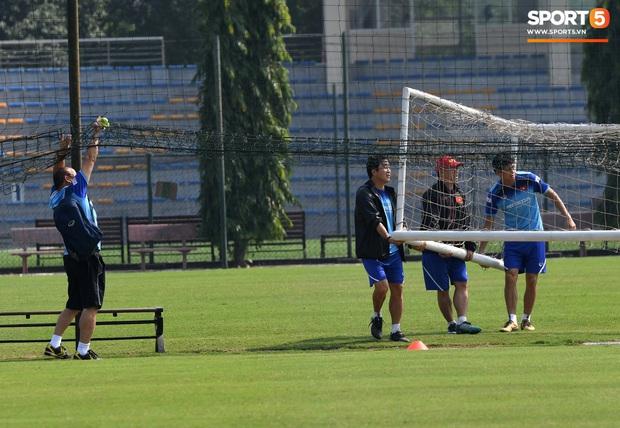 HLV Park Hang-seo về qua nhà trước giờ tập luyện, rồi hớt hải chạy vào sân vì lý do ấm lòng - Ảnh 3.