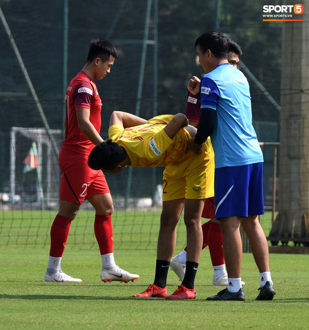 HLV Park Hang-seo về qua nhà trước giờ tập luyện, rồi hớt hải chạy vào sân vì lý do ấm lòng - Ảnh 6.