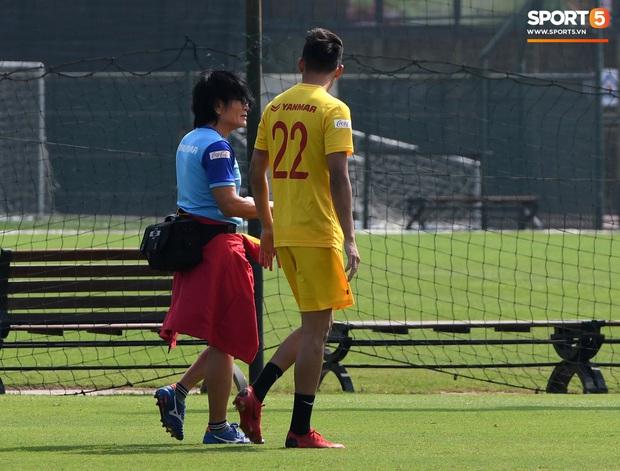 HLV Park Hang-seo về qua nhà trước giờ tập luyện, rồi hớt hải chạy vào sân vì lý do ấm lòng - Ảnh 8.