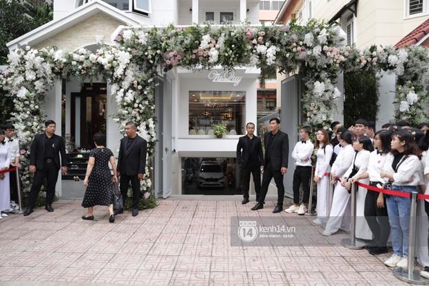 Hình ảnh đặc biệt tại lễ rước dâu Đông Nhi - Ông Cao Thắng: Fan đồng loạt diện áo dài trắng thướt tha, xuất hiện như những phù dâu chính hiệu! - Ảnh 3.