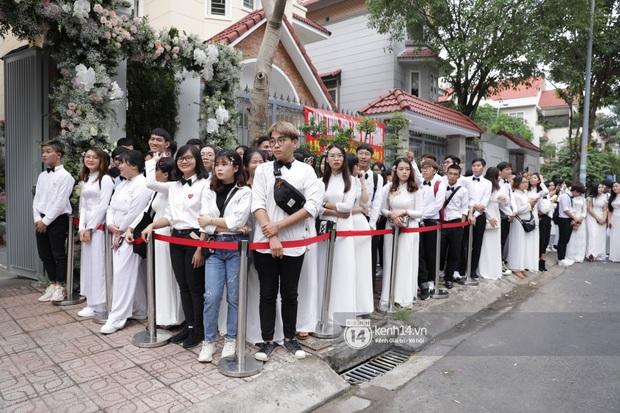 Hình ảnh đặc biệt tại lễ rước dâu Đông Nhi - Ông Cao Thắng: Fan đồng loạt diện áo dài trắng thướt tha, xuất hiện như những phù dâu chính hiệu! - Ảnh 1.
