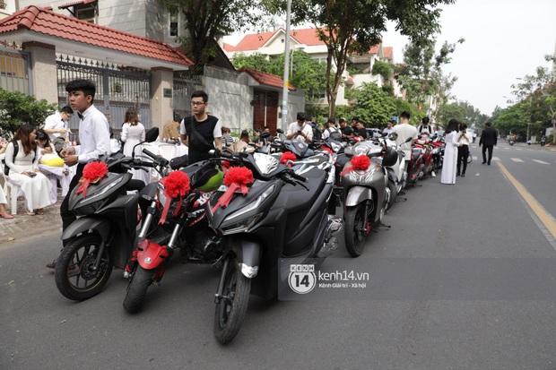 Khoảnh khắc đặc biệt: Hàng trăm fan chạy xe máy, tháp tùng Đông Nhi về nhà với Ông Cao Thắng - Ảnh 1.