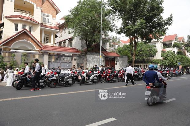 Khoảnh khắc đặc biệt: Hàng trăm fan chạy xe máy, tháp tùng Đông Nhi về nhà với Ông Cao Thắng - Ảnh 2.