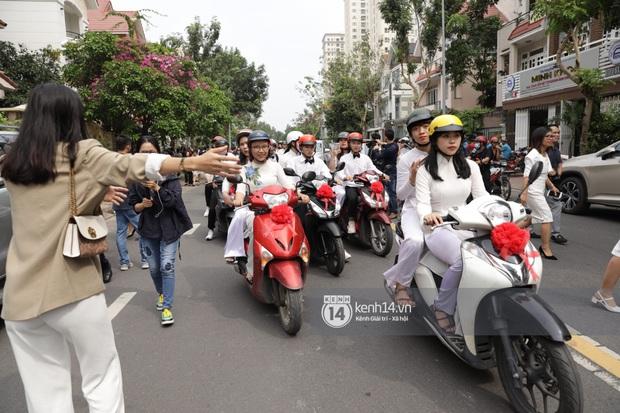 Khoảnh khắc đặc biệt: Hàng trăm fan chạy xe máy, tháp tùng Đông Nhi về nhà với Ông Cao Thắng - Ảnh 4.
