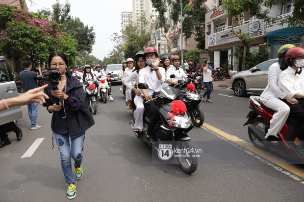 Khoảnh khắc đặc biệt: Hàng trăm fan chạy xe máy, tháp tùng Đông Nhi về nhà với Ông Cao Thắng - Ảnh 5.