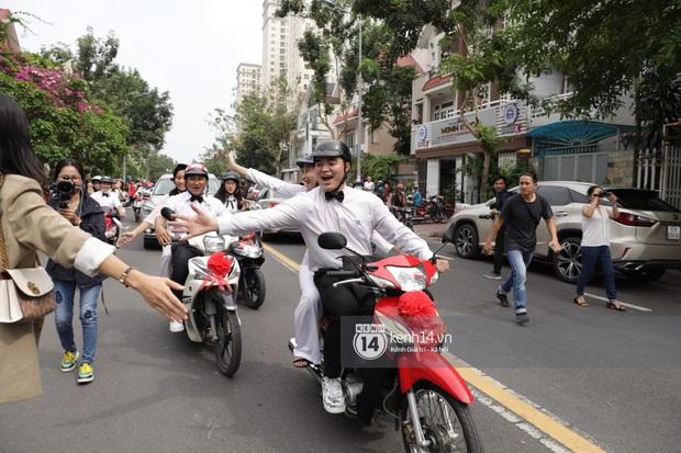 Khoảnh khắc đặc biệt: Hàng trăm fan chạy xe máy, tháp tùng Đông Nhi về nhà với Ông Cao Thắng - Ảnh 6.