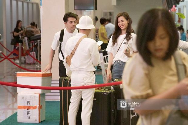 Đông Nhi và Ông Cao Thắng tình tứ, không rời nửa bước tại sân bay ra Phú Quốc chuẩn bị cho hôn lễ siêu to khổng lồ - Ảnh 2.