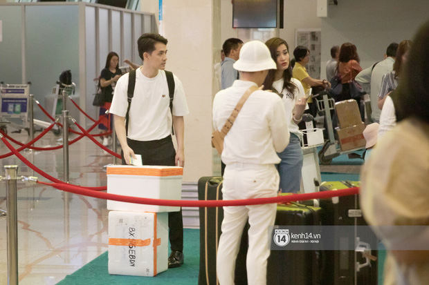Đông Nhi và Ông Cao Thắng tình tứ, không rời nửa bước tại sân bay ra Phú Quốc chuẩn bị cho hôn lễ siêu to khổng lồ - Ảnh 5.