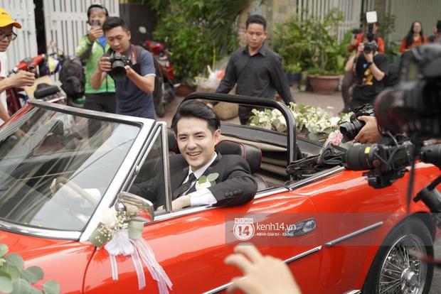 Chiếc xe rước dâu đỏ chói của Đông Nhi - Ông Cao Thắng: Theo dấu cặp đôi từ mô hình sân khấu, vào MV đến đám cưới đời thật - Ảnh 9.