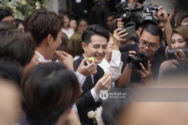 """Ông Cao Thắng bị ép ăn chanh sao """"tréo ngoe"""" bằng các màn rước dâu đình đám: Ai đời lại ship lộn cô dâu? - Ảnh 1."""