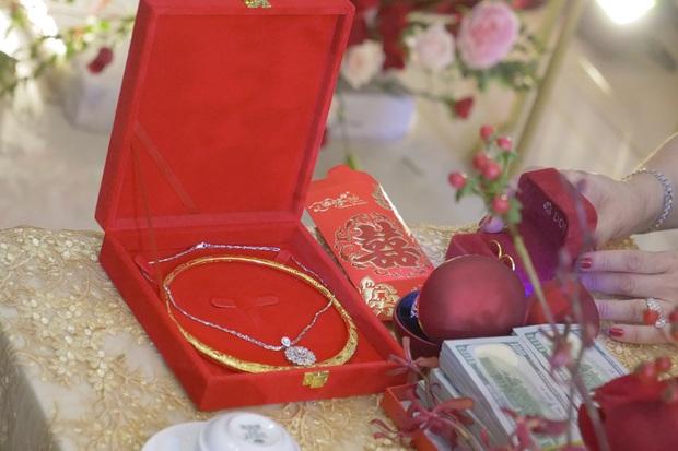 """""""Loá mắt"""" với sính lễ toàn vàng ròng, đô la Đông Nhi được bố mẹ và nhà Ông Cao Thắng tặng trong lễ rước dâu - Ảnh 1."""