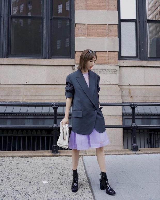 Công thức váy + boots đã thuộc hàng kinh điển, bạn không nên lơ là 3 cách diện chuẩn xinh và tôn dáng sau - Ảnh 2.