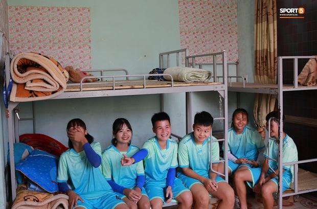 Chạnh lòng với đội bóng nữ Thái Nguyên: Cầu thủ chuyên nghiệp đi giày cũ rách, ước mơ có hàng xịn như trong bộ sưu tập giày của Đoàn Văn Hậu - Ảnh 1.
