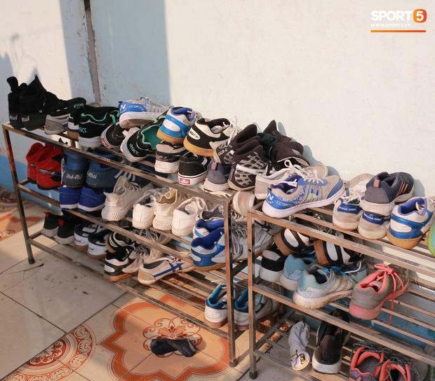 Chạnh lòng với đội bóng nữ Thái Nguyên: Cầu thủ chuyên nghiệp đi giày cũ rách, ước mơ có hàng xịn như trong bộ sưu tập giày của Đoàn Văn Hậu - Ảnh 2.