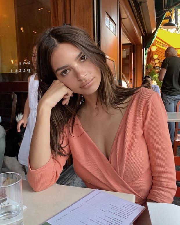 Bắt chước nàng mẫu siêu vòng 1 Emily Ratajkowski dùng 6 món skincare sau, biết đâu da bạn cũng căng mướt như da cô ấy - Ảnh 2.