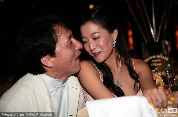 Ông vua scandal Thành Long: Ngoại tình, chối bỏ con rơi, sàm sỡ sao nữ và 1001 bê bối rúng động - Ảnh 13.