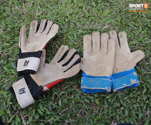 Chạnh lòng với đội bóng nữ Thái Nguyên: Cầu thủ chuyên nghiệp đi giày cũ rách, ước mơ có hàng xịn như trong bộ sưu tập giày của Đoàn Văn Hậu - Ảnh 4.