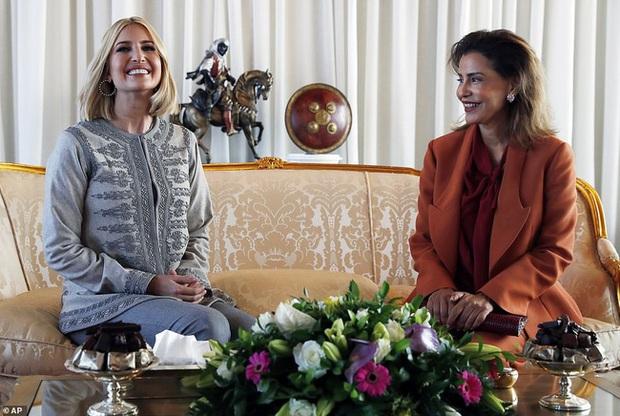 Dự tiệc tại cung điện hoàng gia, Ivanka Trump bị chê xuống sắc với vẻ ngoài kỳ lạ, nghi vấn mang thai lần 4 - Ảnh 3.