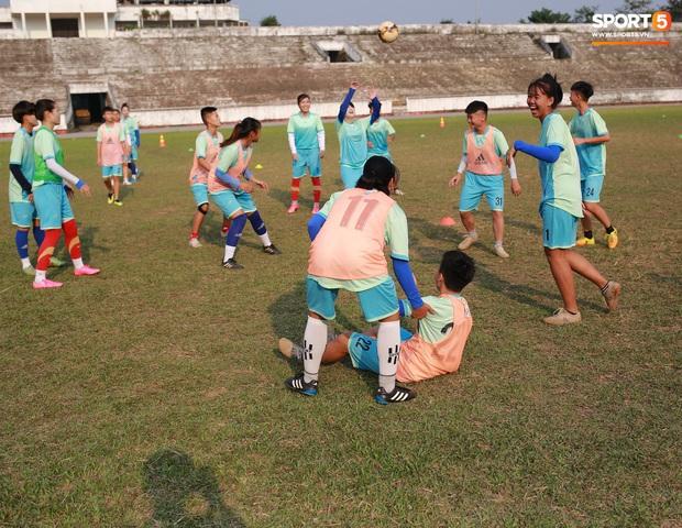 Chạnh lòng với đội bóng nữ Thái Nguyên: Cầu thủ chuyên nghiệp đi giày cũ rách, ước mơ có hàng xịn như trong bộ sưu tập giày của Đoàn Văn Hậu - Ảnh 5.