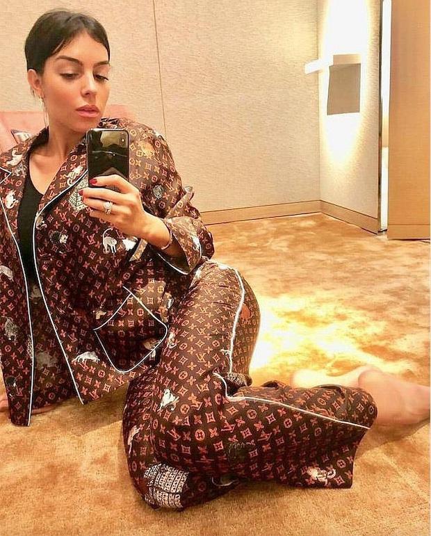 Trước ngày làm cô dâu đại gia, Bảo Thy nhử fan bằng bộ pijama 130 triệu và đụng hàng cả loạt người đẹp - Ảnh 9.