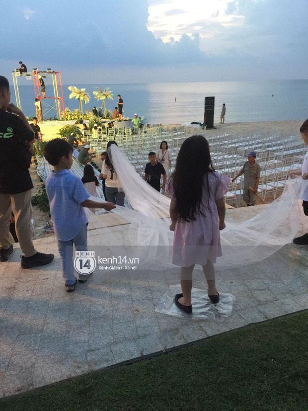 Ảnh siêu hiếm độc quyền từ Phú Quốc: Đông Nhi đội voan cưới dài 3m, tất bật chuẩn bị cho hôn lễ trên biển ngày mai - Ảnh 6.